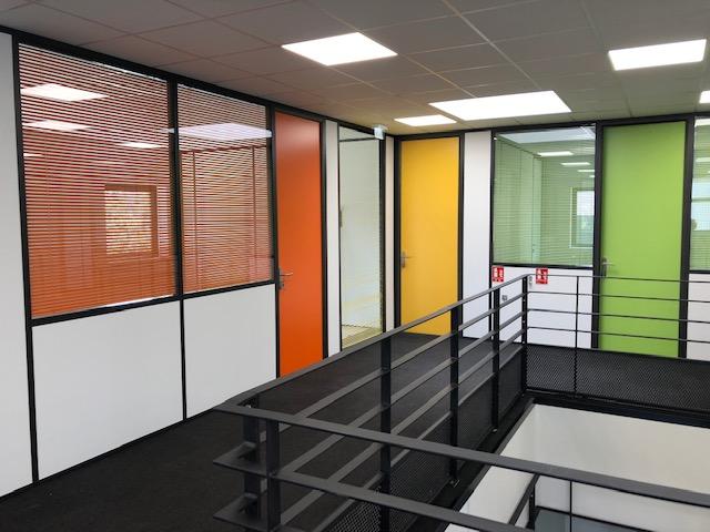 aménager une mezzanine métallique avec des cloisons de couleur : exemple de réalisation GBG Concept