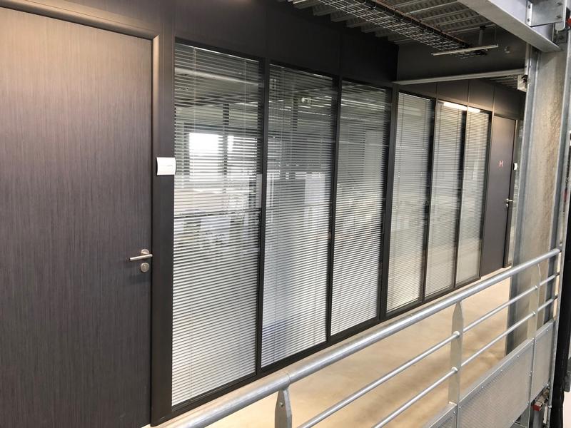 Cloison de bureau sur plateforme mezzanine métallique